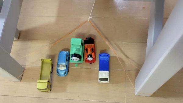 ソファの下に入り込んだおもちゃ 一気に取り出す斬新アイデア
