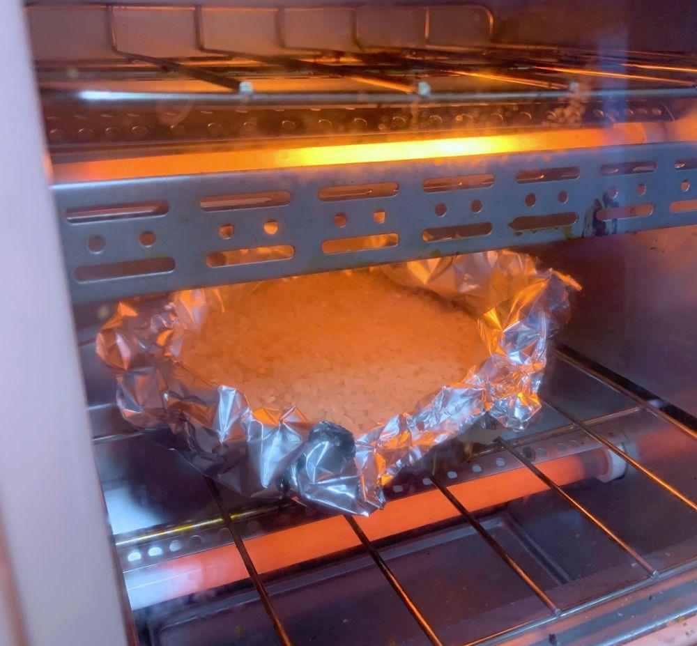 クリームを盛り付けて焼き上げ。