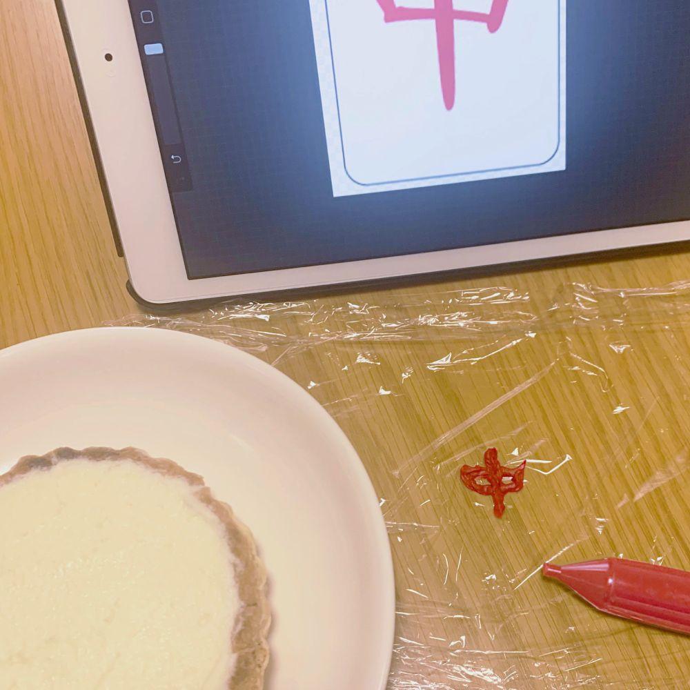 皿に盛り付けて出来上がり……と思いきや、何やらチョコペンで試し書きしている形跡。
