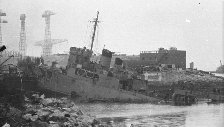ノルマンディ・ドックに突っ込んだ駆逐艦キャンベルタウン(Image:Crown Copyright)