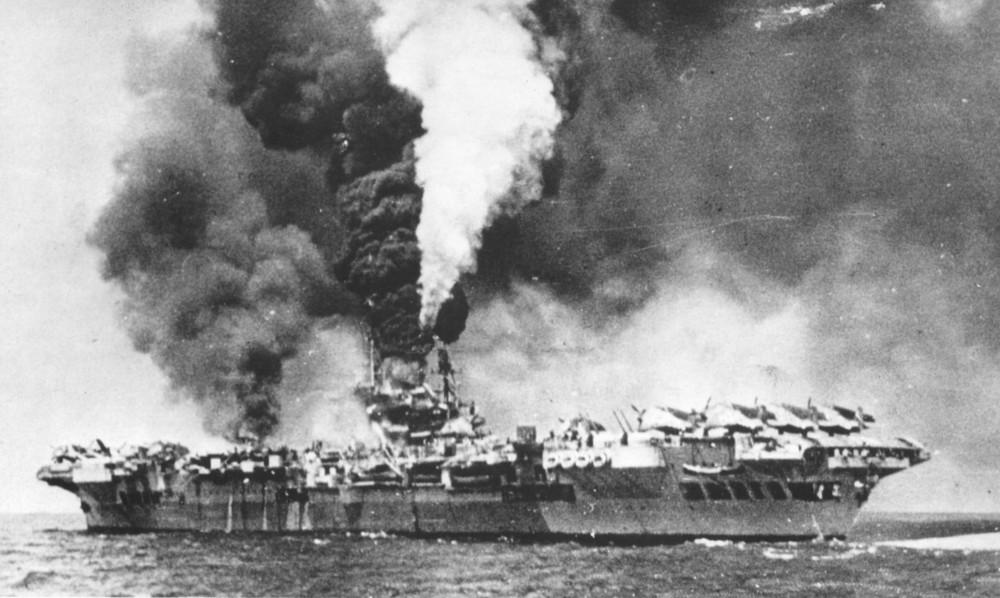 日本の特攻を受け炎上する空母フォーミダブル(Image:Crown Copyright)