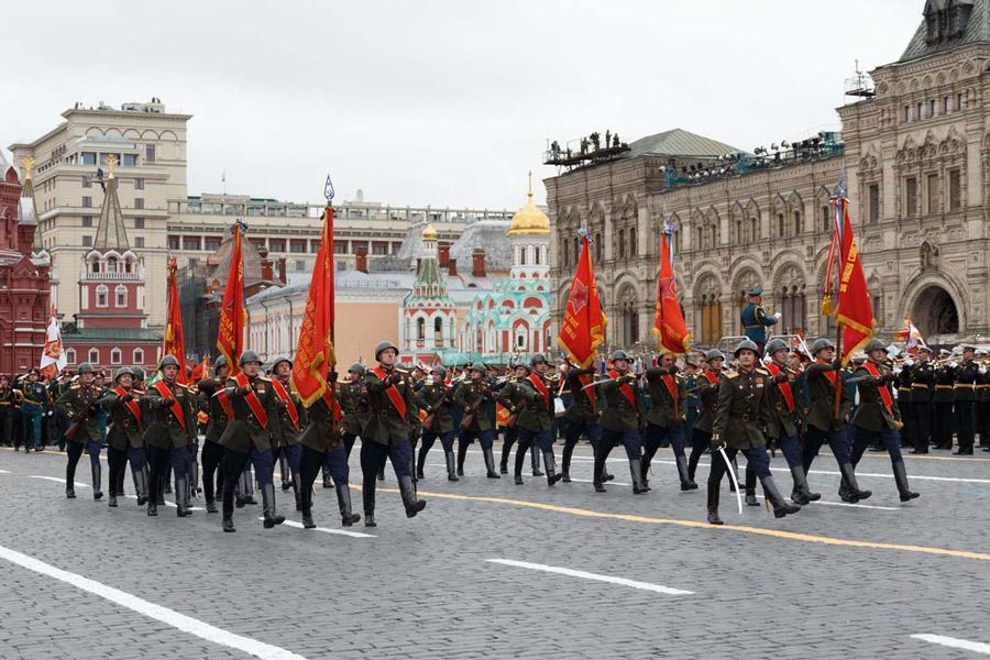 戦争当時の軍服を着た兵士たちの行進(Image:ロシア国防省)