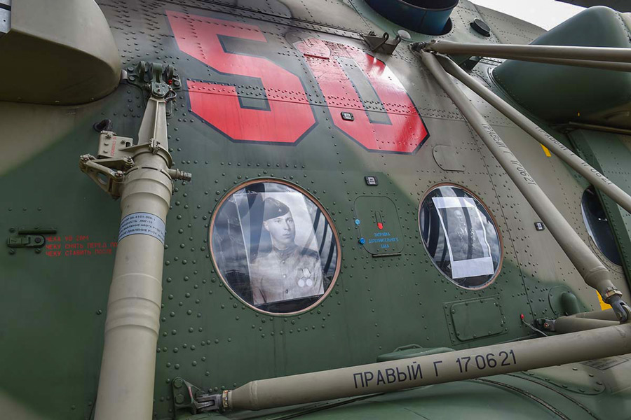 ヘリコプターの窓には戦争中の兵士の肖像写真(Image:ロシア国防省)