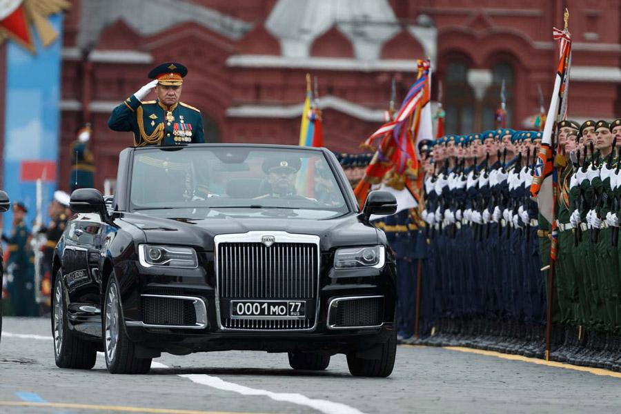 部隊を巡閲するショイグ国防大臣(Image:ロシア国防省)