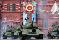 赤の広場を進むT-34戦車の一群(Image:ロシア国防省)