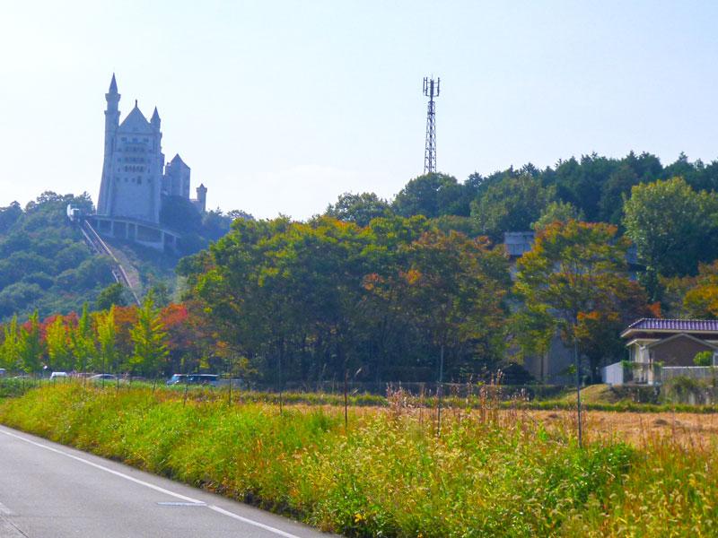 のどかな田園風景にそびえるお城