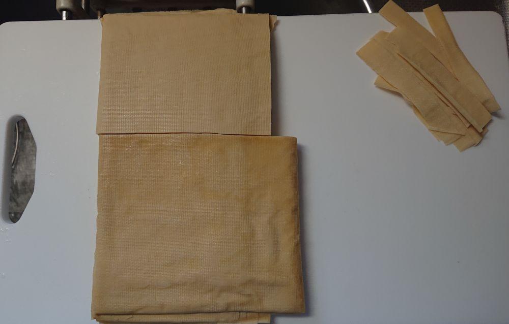 重ね合わせた皮の上から覆いかぶさるかのように、大きめの皮で内包している模様。