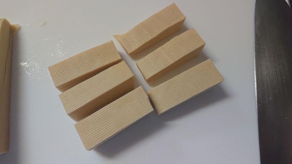 皮を重ね合わせた状態だと、細切りした豆腐。