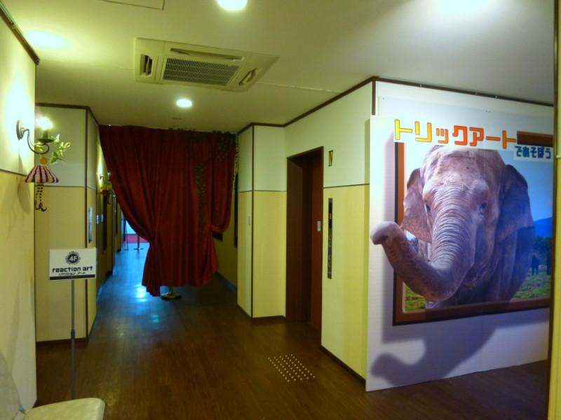 象の大きなトリックアートが迎える