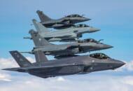 3か国共同訓練「アトランティック・トライデント」で編隊飛行する仏英米の戦闘機(Image:USAF)