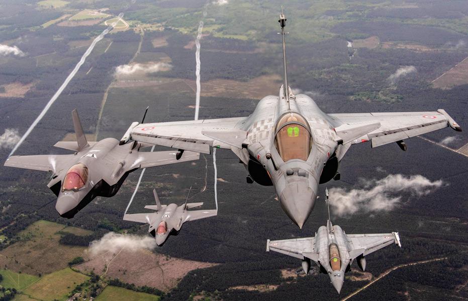 フランス上空で編隊飛行するアメリカのF-35とフランスのラファール(Image:USAF)
