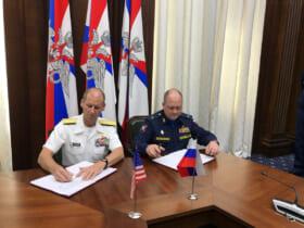 INCSEAの合意書に署名するアメリカ(左)ロシア(右)両海軍の代表(Image:U.S.Navy)