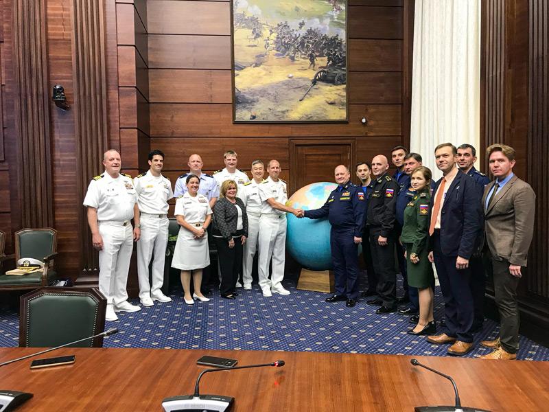 アメリカ(左)ロシア(右)両海軍の代表団(Image:U.S.Navy)