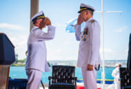 司令官交代式でのパパロ大将(左)右は前任者で太平洋軍司令官のアキリーノ大将(Image:U.S.Navy)