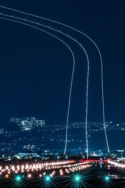 夜空に続く光の道を捉えた美しい写真が「まるで銀河鉄道999」