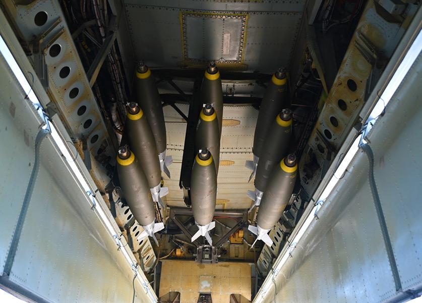 B-52に爆弾倉におさめられたMk-82爆弾(Image:USAF)