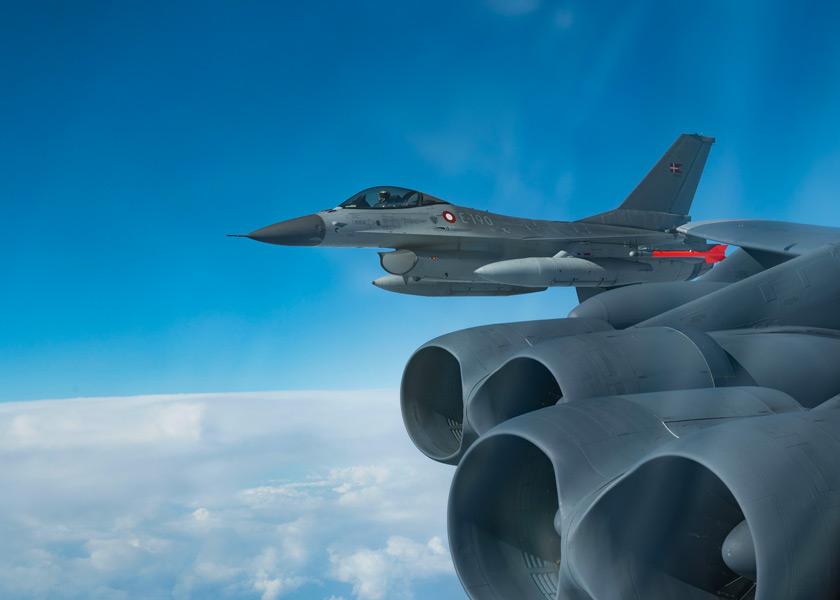 B-52と編隊飛行するデンマーク空軍のF-16(Image:USAF)