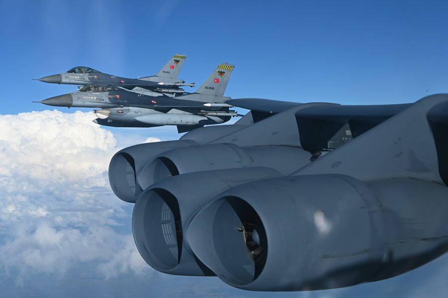 B-52と編隊飛行するトルコ空軍のF-16(Image:USAF)