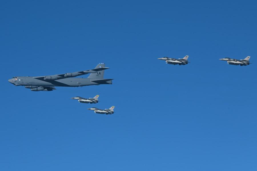 トルコ空軍F-16とB-52の編隊飛行(Image:USAF)
