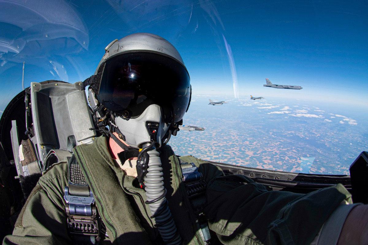 B-52と編隊飛行するベルギー空軍F-16のパイロット(Image:ベルギー空軍)