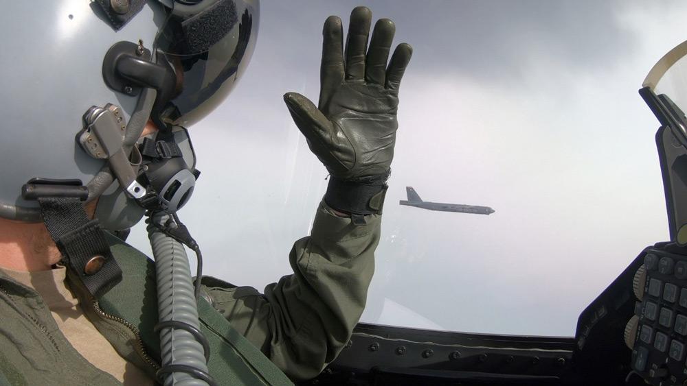 B-52に手を挙げて挨拶するデンマーク空軍F-16のパイロット(Image:デンマーク空軍)