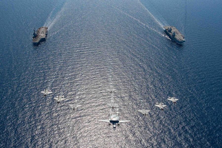 空母シャルル・ド・ゴール(左)と空母クイーン・エリザベス(右)上空を編隊航過する艦載機(Image:フランス海軍)