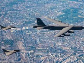 パリ上空を飛ぶB-52とラファール(Image:フランス航空宇宙軍)