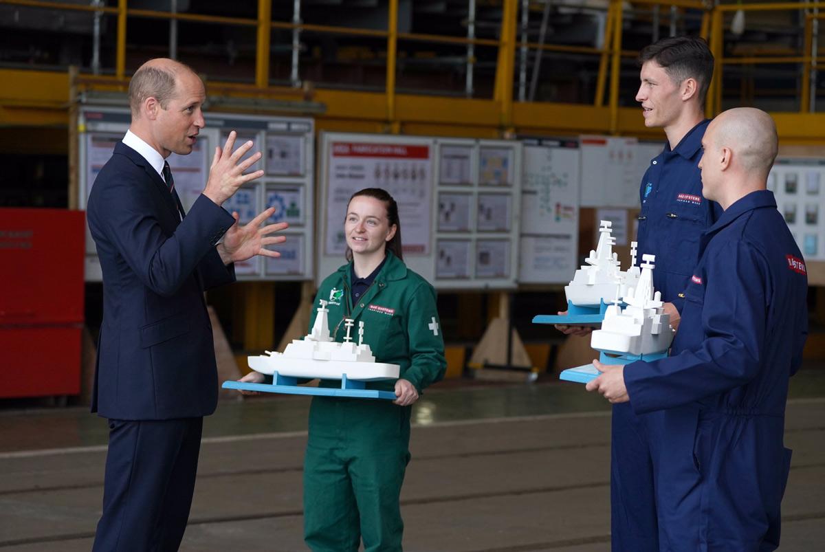 26型フリゲートの模型をプレゼントされるウィリアム王子(Image:Crown Copyright)