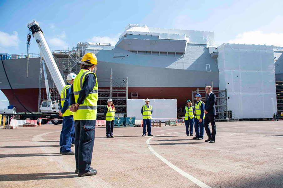 造船所の従業員と会話するウィリアム王子(Image:Crown Copyright)