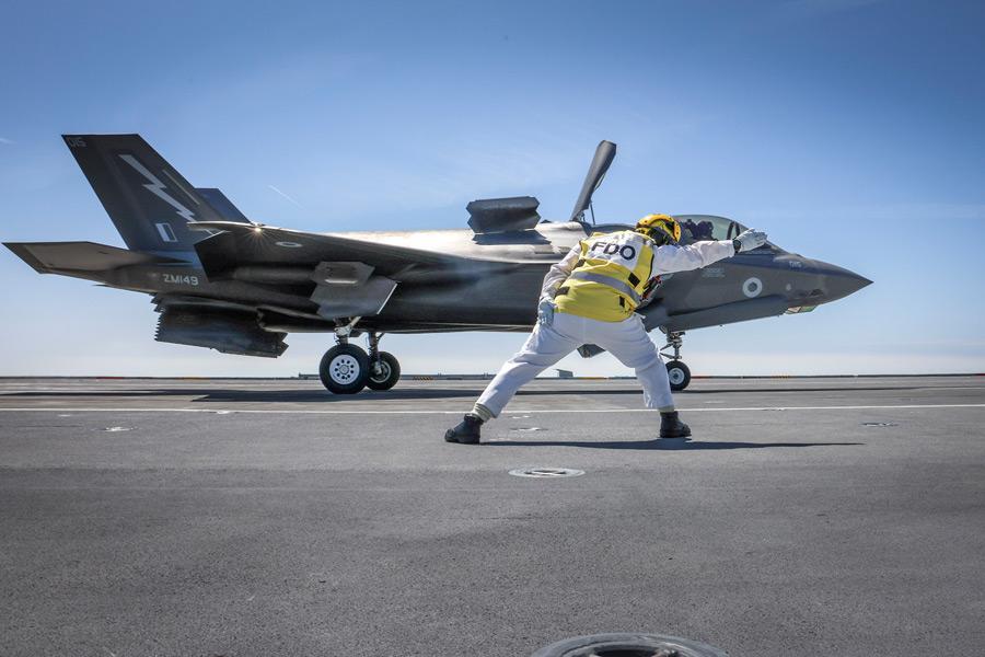 発艦指示を受けるF-35B(Image:Crown Copyright)