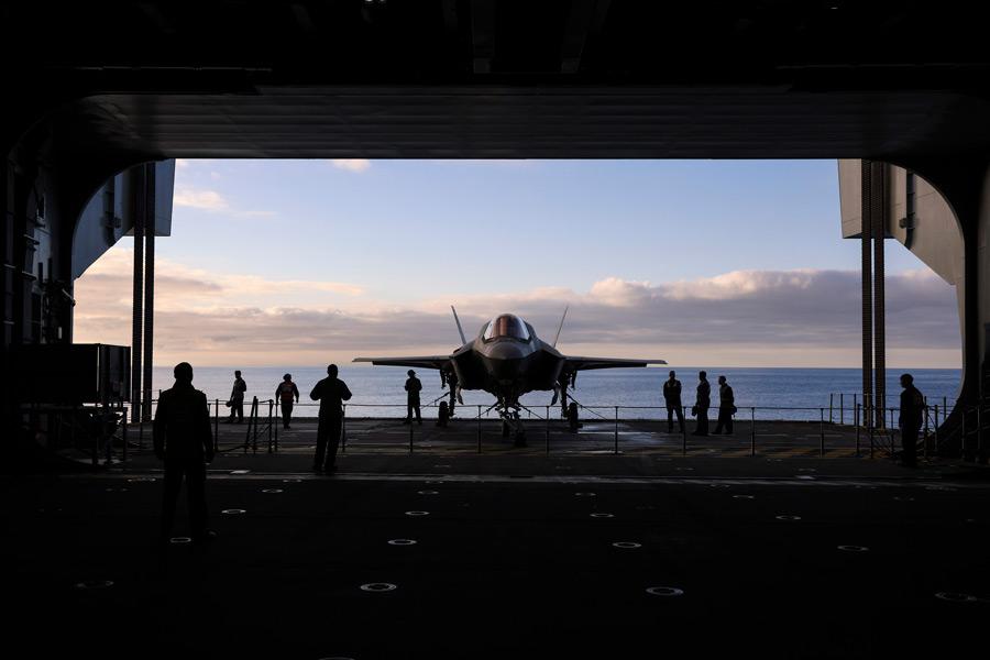 エレベーターで格納庫まで降ろされたF-35B(Image:Crown Copyright)