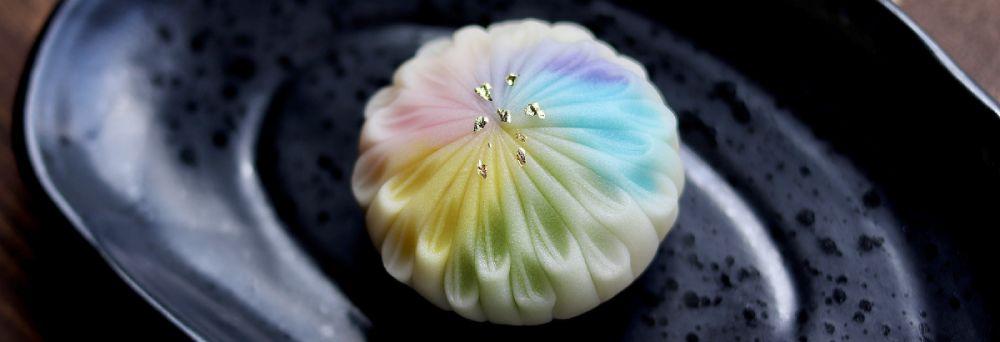 上空で花火が花開く「瞬間」を和菓子で表現した土屋さん。