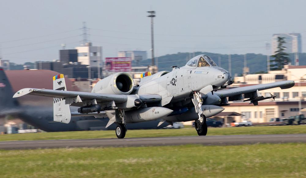 中継地の横田基地を離陸するA-10(Image:USAF)