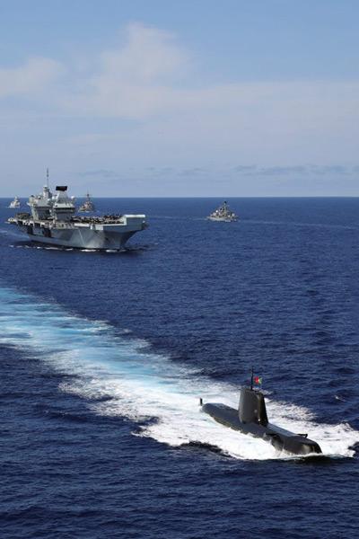 地中海を航行する空母クイーン・エリザベスとアスチュート級原子力潜水艦(Image:Crown Copyright)