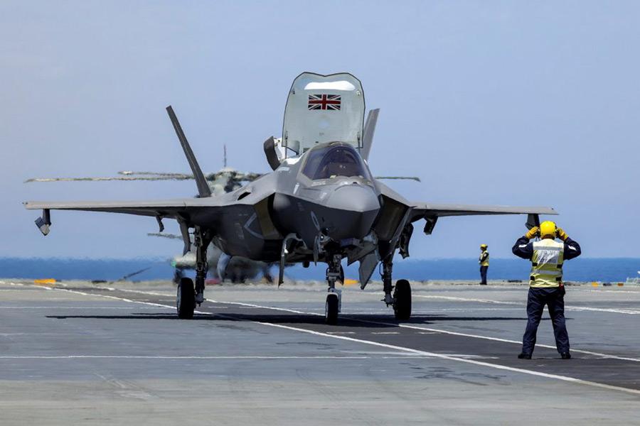 発艦を待つイギリスのF-35B(Image:Crown Copyright)