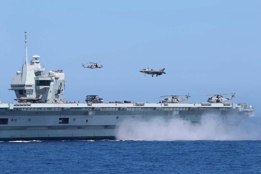 地中海を航行する空母クイーン・エリザベスに着艦するF-35B(Image:Crown Copyright)