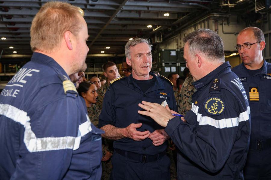 フランスのヴェンディエ海軍参謀総長と話すイギリスのラダキン第一海軍卿(Image:Crown Copyright)