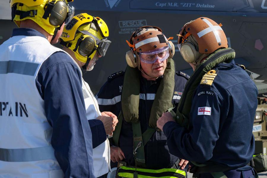 空母クイーン・エリザベスに到着したフランスのヴァンディエ海軍参謀総長(Image:Crown Copyright)