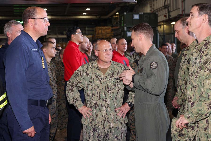 空母クイーン・エリザベスでのアメリカ海軍ギルディ作戦部長(Image:Crown Copyright)