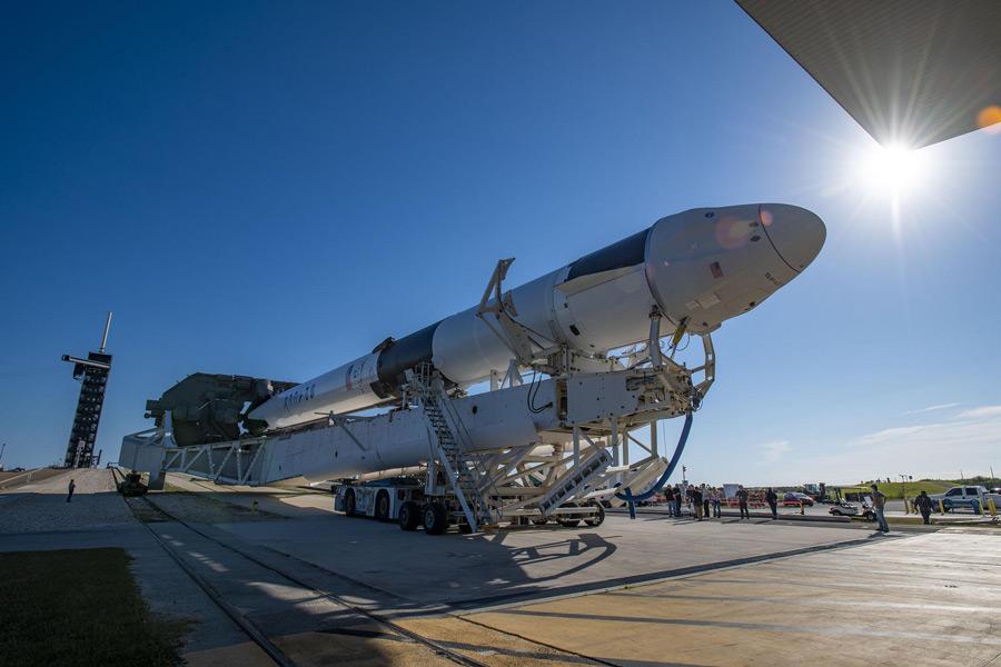 ロールアウトするCRS-22(Image:SpaceX)