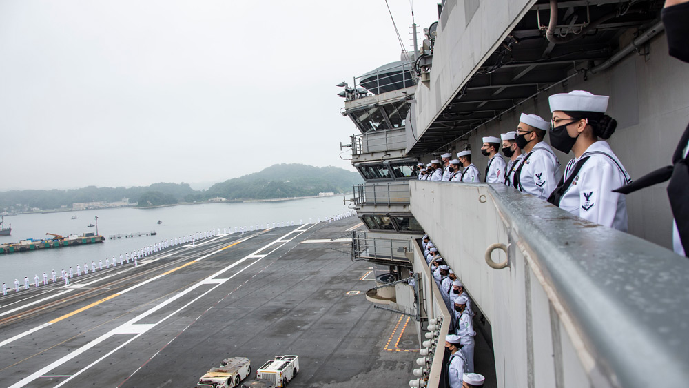 横須賀を出港する空母ロナルド・レーガン(Image:U.S.Navy)