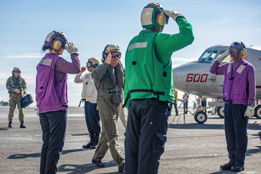 空母ロナルド・レーガンで栄誉礼を受けるパパロ大将(Image:U.S.Navy)