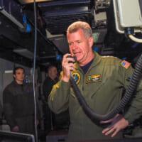 アメリカ太平洋艦隊司令官 航海中の空母ロナルド・レーガンを視察