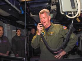 空母ロナルド・レーガンで乗組員に訓示する太平洋艦隊司令官パパロ大将(Image:U.S.Navy)