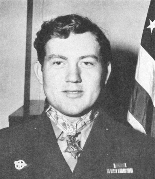 首にメダル・オブ・オナー(名誉勲章)をつけたジャック・H・ルーカス氏(Image:U.S.Navy)