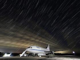 ペガサス XLロケットを搭載し離陸を待つ発射母機L-1011「スターゲイザー」(Image:USSF)