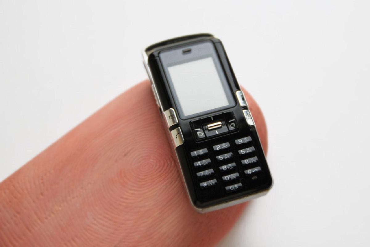 指の上に乗せられた携帯電話 写真に隠された驚きトリック