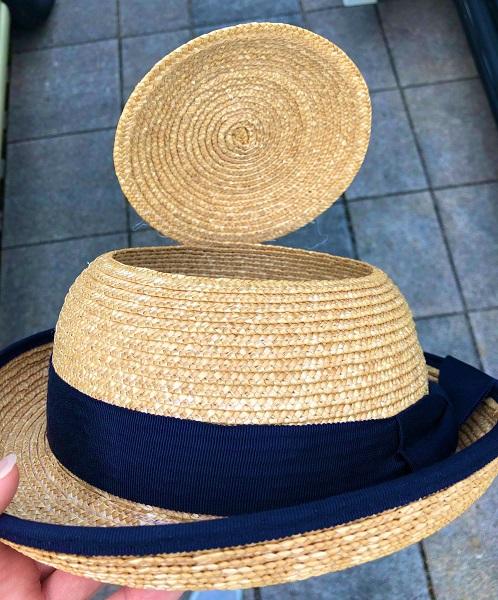 頭頂部がパックリと開いた麦わら帽子