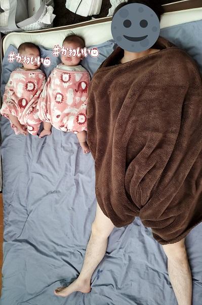 双子の赤ちゃんと並ぶ「大きすぎる赤ちゃん」に母爆笑
