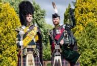 ドラムメジャーの弟ルアリド(左)とパイプメジャーの兄ピーターのグラント兄弟(Image:Crown Copyright)